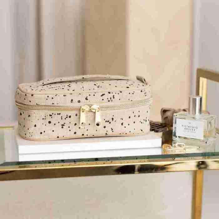 Petit Beauty Poche Linen Splatter Lifestyle2